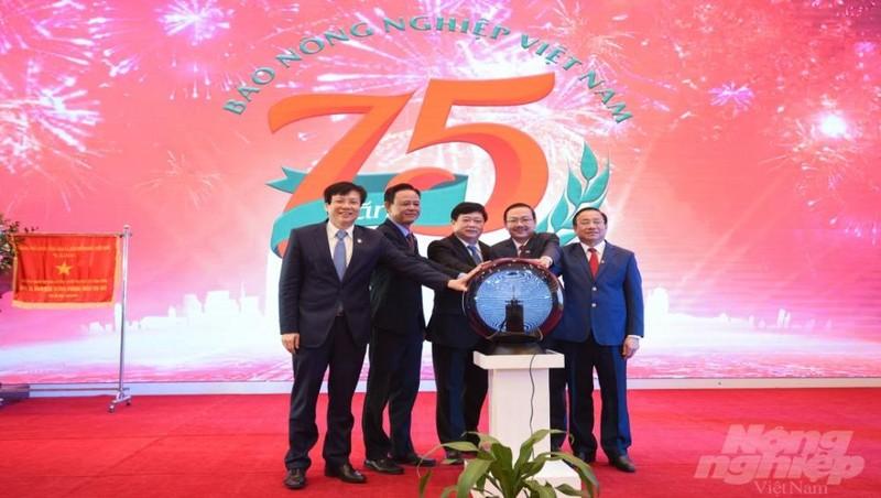 Lãnh đạo Bộ Nông nghiệp  và PTNT, Báo Nông nghiệp Việt Nam và các đại biểu bấm nút ra mắt hệ sinh thái Báo Nông nghiệp Việt Nam. Ảnh: Đinh Tùng/NNVN