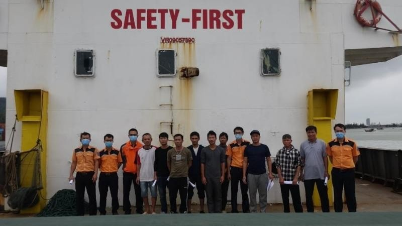 Tàu chìm trên vùng biển Bình Định sau khi đâm vào hòn Con Rùa