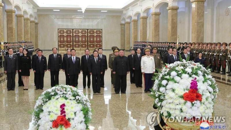 Nhà lãnh đạo Triều Tiên Kim Jong-un viếng người cha quá cố Kim Jong-il nhân 9 năm ngày mất của ông. Ảnh: Yonhap (do KCNA phát hành)