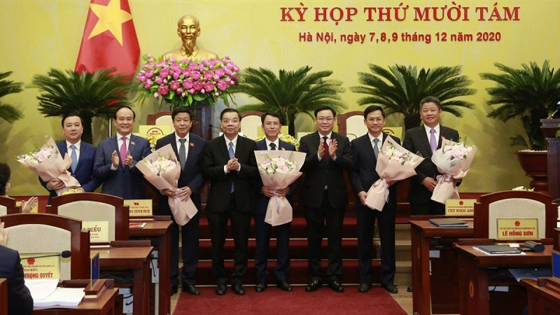 Lãnh đạo TP chúc mừng 5 tân Phó Chủ tịch UBND TP tại kỳ họp 18 HĐND khoá XV.