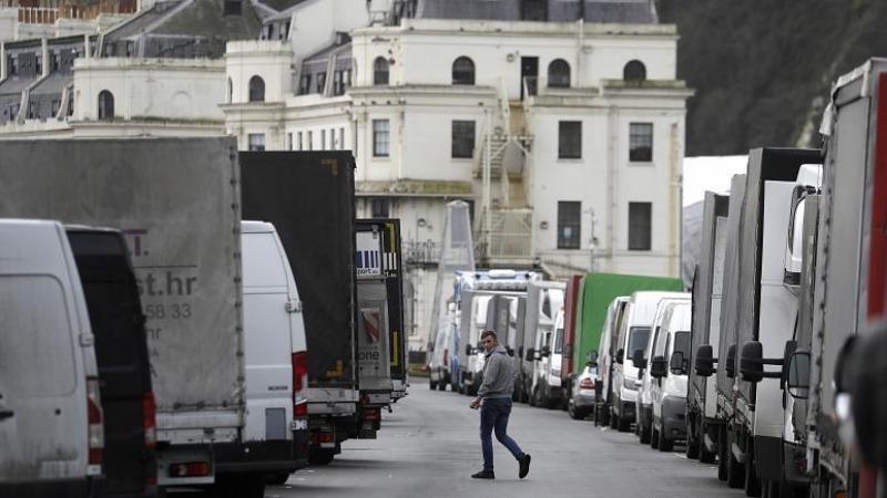 Xe hàng dồn ứ khi cảng Dover ở miền nam nước Anh vẫn đóng cửa sau phát hiện ra biến thể mới của virus corona. Ảnh: AP