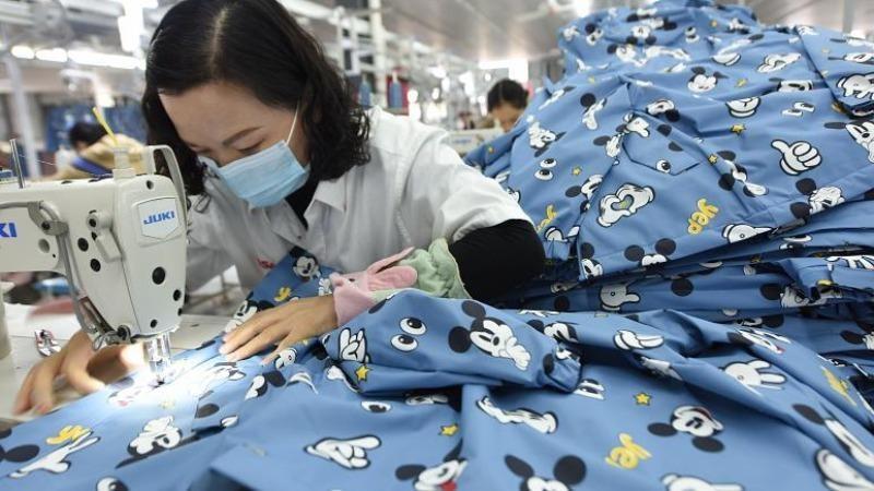 Công nhân tại nhà máy may mặc ở quận Đông Hải, tỉnh Giang Tô, miền đông Trung Quốc. Ảnh: AP
