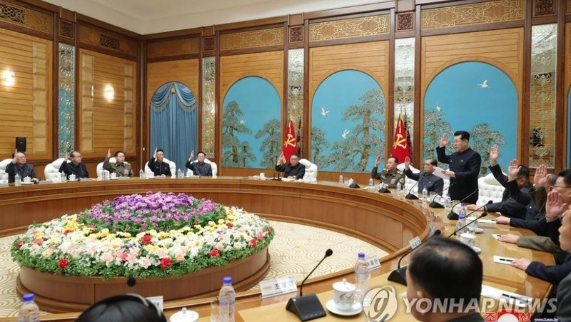 Nhà lãnh đạo Triều Tiên Kim Jong-un chủ trì cuộc họp bộ chính trị của Đảng Lao động Triều Tiên để thảo luận về việc chuẩn bị Đại hội đảng lần thứ VIII. Ảnh: Yonhap (dẫn lại của KCNA)