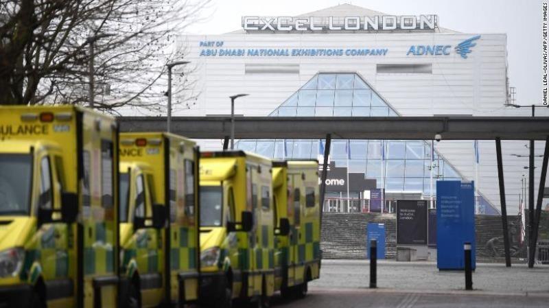 Xe cứu thương đậu bên ngoài bệnh viện NHS Nightingale tại trung tâm ExCel ở phía đông London vào ngày đầu tiên của năm 2021. Ảnh: CNN
