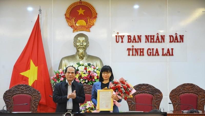 Phó Bí thư Tỉnh ủy, Chủ tịch UBND tỉnh Gia Lai Võ Ngọc Thành trao quyết định và chúc mừng tân Phó Chủ tịch UBND tỉnh Nguyễn Thị Thanh Lịch.