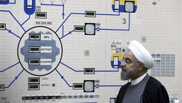 Tổng thống Hassan Rouhani thăm một nhà máy điện hạt nhân ngay bên ngoài Bushehr, Iran. Ảnh: AP