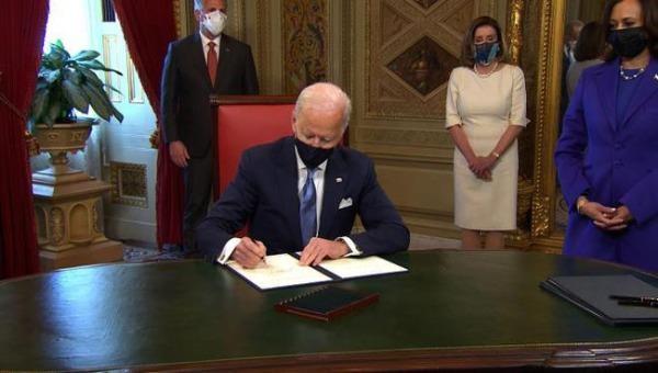 Tân Tổng thống Mỹ Joe Biden ký loạt sắc lệnh bác bỏ nhiều quyết định của ông Donald Trump