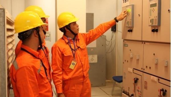 Công nhân Tổng công ty Điện lực TP Hà Nội kiểm tra các thông số vận hành của máy biến áp tại Trung tâm Hội nghị Quốc gia - nơi diễn ra Đại hội Đảng.
