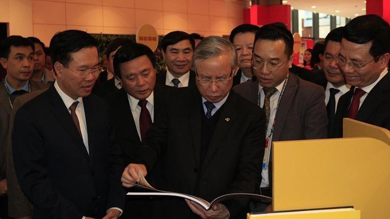 Đồng chí Trần Quốc Vượng và các đồng chí lãnh đạo thăm quan trưng bày sách, báo về Đại hội.