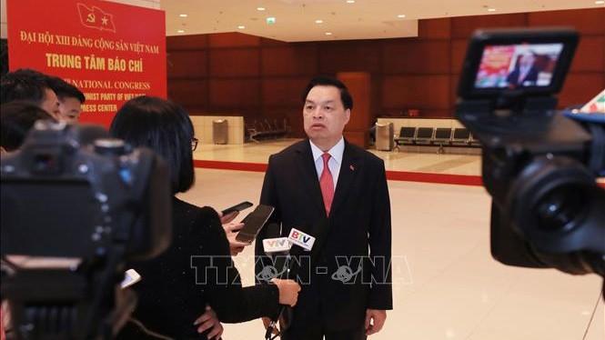 Phó Trưởng ban Tuyên giáo Trung ương Lê Mạnh Hùng, Giám đốc Trung tâm báo chí Đại hội Đảng XIII trả lời phỏng vấn các cơ quan thông tấn, báo chí.