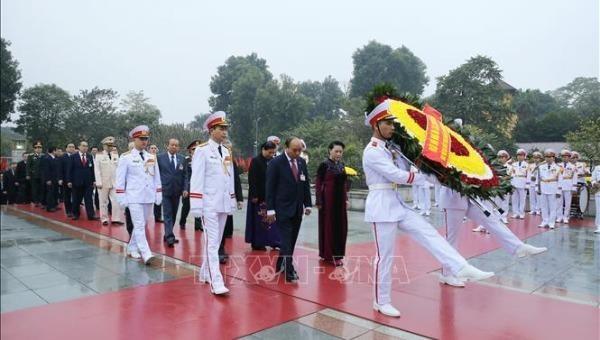 Các đồng chí lãnh đạo Đảng, Nhà nước cùng đại biểu dự Đại hội XIII của Đảng đặt vòng hoa và dâng hương tại Đài tưởng niệm các Anh hùng liệt sĩ trên đường Bắc Sơn, Hà Nội. Ảnh: TTXVN