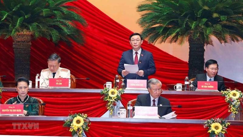 Ông Vương Đình Huệ, Ủy viên Bộ Chính trị, Bí thư Thành ủy Hà Nội thay mặt Đoàn Chủ tịch điều hành phiên họp sáng 28/1. Ảnh: TTXVN