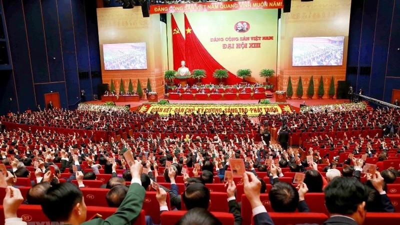 Đại biểu biểu quyết thông qua Nghị quyết Đại hội XIII ngày 1/2/2021.