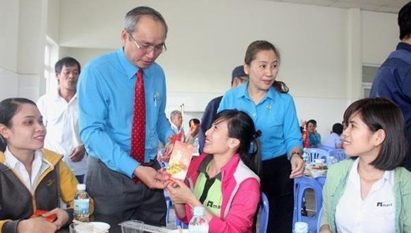 Liên đoàn lao động tỉnh Khánh Hoà chúc Tết công nhân lao động xa quê. Ảnh: congdoankh