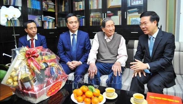 Trưởng Ban Tuyên giáo Trung ương Võ Văn Thưởng đến thăm, chúc Tết nhạc sĩ Phạm Tuyên. Ảnh: TTXVN