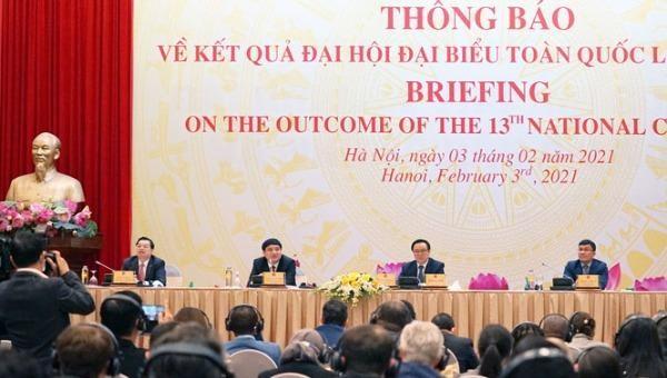 Trưởng ban Đối ngoại Trung ương Hoàng Bình Quân trao đổi với các đại biểu quốc tế tại cuộc họp.