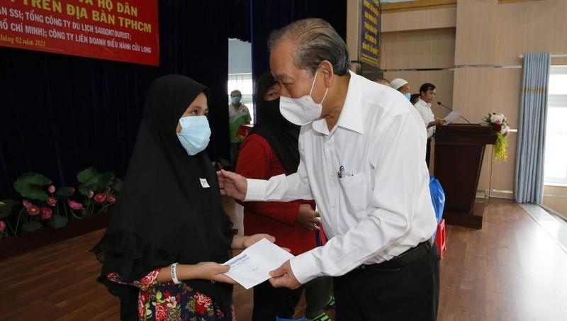 Phó Thủ tướng Trương Hòa Bình trao 500 phần quà Tết ở TPHCM