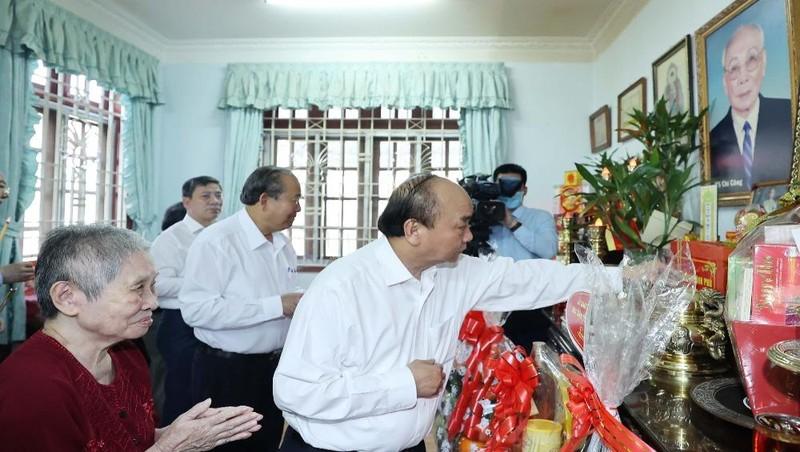 Thủ tướng Nguyễn Xuân Phúc đã tới dâng hương tưởng nhớ Chủ tịch Hội đồng Nhà nước Võ Chí Công. Ảnh: VGP