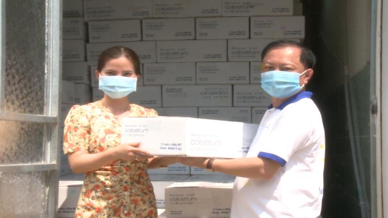 Đại diện Truyền hình Pháp luật Việt Nam và Công ty Gia Phát Hưng cùng những thùng sữa chuẩn bị chuyển đến cho tuyến đầu chống dịch Covid-19 tại TP Chí Linh.