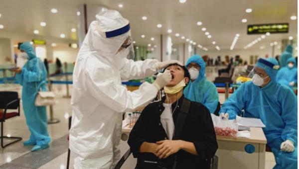 Khoảng 10.000 cán bộ công nhân viên sân bay Nội Bài được lấy mẫu xét nghiệm Covid-19. Ảnh: ncov.moh.gov.vn