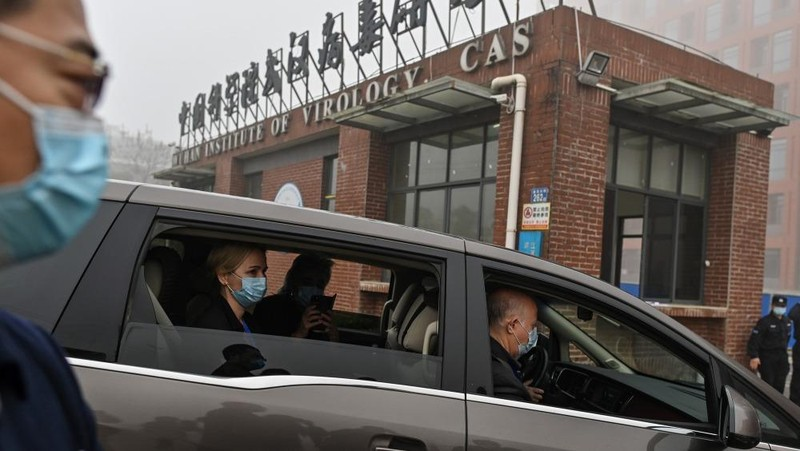 Nhóm chuyên gia quốc tế điều tra nguồn gốc của COVID-19 đến Viện Virus Vũ Hán ở tỉnh Hồ Bắc hồi đầu tháng 2/2021. Ảnh: AFP