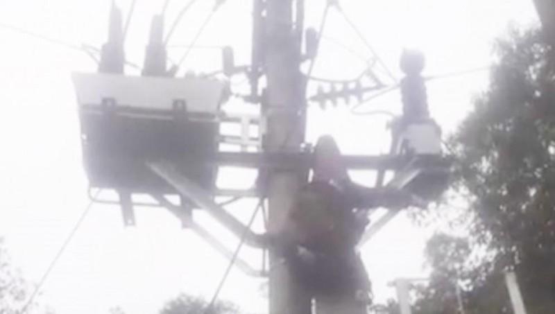 Trèo lên cột điện cao thế bị điện giật trọng thương