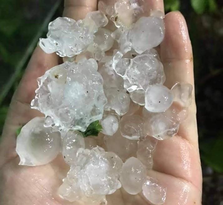 Mưa đá rơi trắng xóa trong đêm ở Mộc Châu