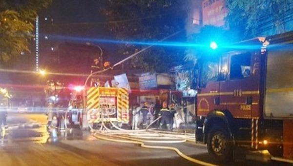 Cứu thoát 5 người mắc kẹt trong đám cháy lúc mờ sáng