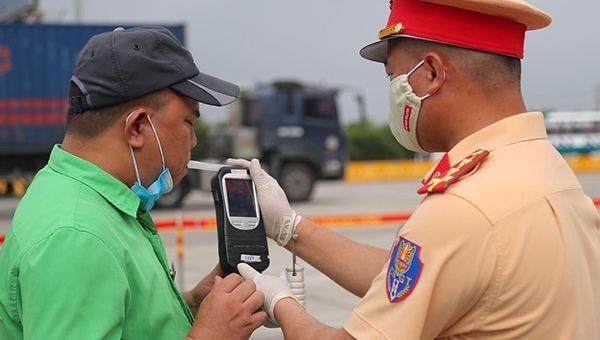 Lực lượng Cảnh sát giao thông kiểm tra nồng độ cồn đối với lái xe. Ảnh: CTTĐT Bộ Công an