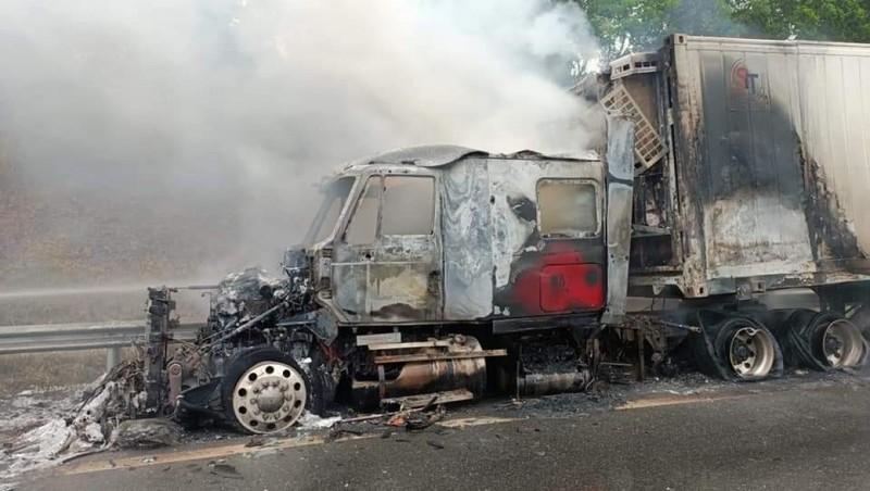 Xe đầu kéo bốc cháy trơ khung trên cao tốc Nội Bài - Lào Cai