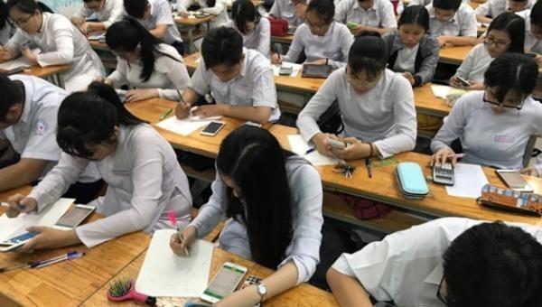 Cần làm rõ việc cho học sinh sử dụng điện thoại trong lớp học. Ảnh minh hoạ: QĐND