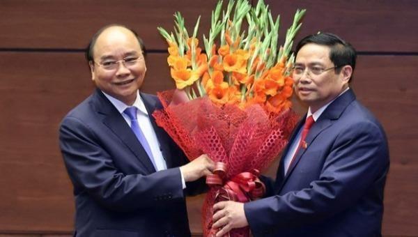 Thủ tướng Phạm Minh Chính tặng hoa Chủ tịch nước Nguyễn Xuân Phúc, Thủ tướng Chính phủ nhiệm kỳ 2016-2021. (Ảnh: Thống Nhất/TTXVN)