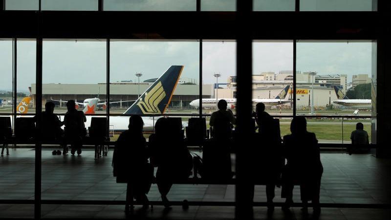 Du khách tại phòng chờ của Sân bay Changi ở Singapore. Ảnh: Reuters