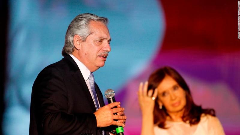 Tổng thống Argentina Alberto Fernandez phát biểu trước những người ủng hộ ở Buenos Aires vào ngày 10/12/2019. Ảnh: CNN