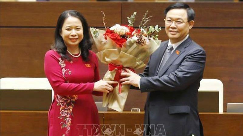 Chủ tịch Quốc hội Vương Đình Huệ chúc mừng bà Võ Thị Ánh Xuân được bầu làm Phó Chủ tịch nước. Ảnh: TTXVN