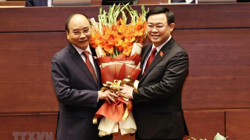 Chủ tịch Quốc hội Vương Đình Huệ chúc mừng Chủ tịch nước Nguyễn Xuân Phúc. (Ảnh: TTXVN)