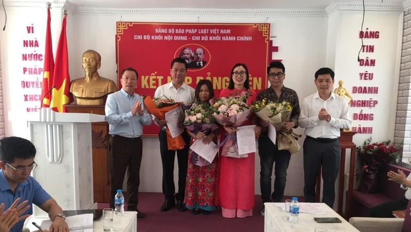 Đảng bộ Báo Pháp luật Việt Nam kết nạp 4 Đảng viên mới