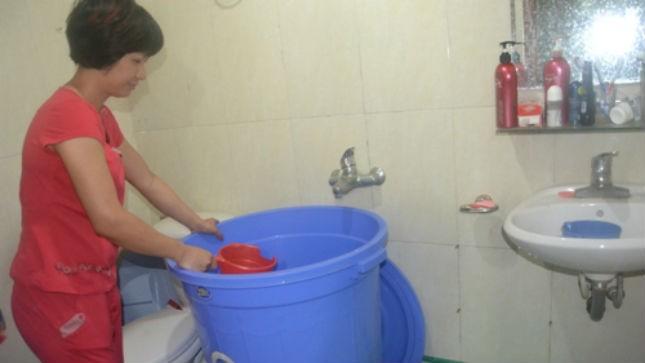Hàng nghìn hộ dân Hà Nội vẫn chưa được cấp nước trở lại. Ảnh: Hướng Dương