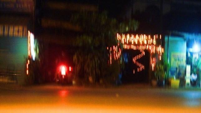 """Khách """"mua vui"""" vào quán cà phê đèn mờ liền kề nằm công khai mặt tiền đường. Ảnh: Công Hà"""