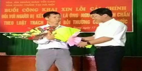 Ông Ngô Hồng Phúc, Phó Chánh án tòa án ND Tối cao tặng hoa cho ông Nguyễn Thanh Chấn
