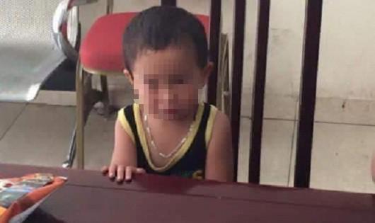 Bé trai 2 tuổi khóc nức nở khi bị người thân bỏ rơi, ảnh H.H