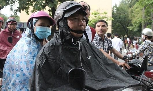 Thí sinh đội mưa đi làm thủ tục thi tốt nghiệp THPT tại Hà Nội