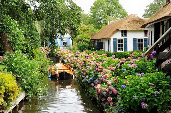 Ngẩn ngơ trước vẻ đẹp của Giethoorn, ngôi làng không lối đi tại Hà Lan - Ảnh 1.