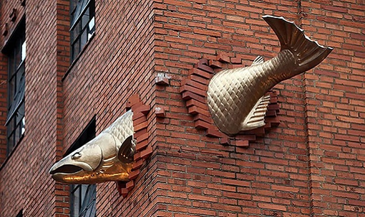 Tượng điêu khắc cá hồi ở Mỹ: Bức tượng cá ấn tượng này nằm trên con phố Salmon Street, Portland, bang Oregon (Mỹ). Nó được xếp hạng thứ 32 trong tổng số 676 bức tượng điêu khắc hấp dẫn nhất thế giới.