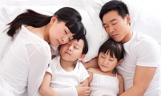 Lợi ích bất ngờ khi con ngủ chung với bố mẹ