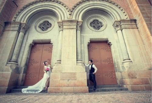 Sài Gòn từ lâu đã trở thành một địa điểm chụp ảnh cưới được nhiều cặp đôi lựa chọn với vẻ đẹp hiện đại không kém phần cổ kính
