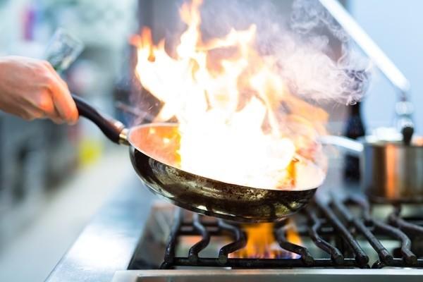 Kết quả hình ảnh cho mẹo hay gia đình với muối dập tắt lửa không càn nước