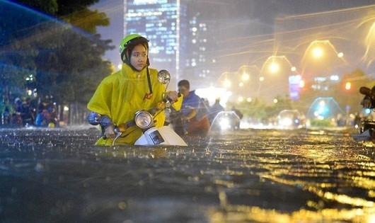 """Người dân TP.HCM """"vượt lụt"""" về nhà"""