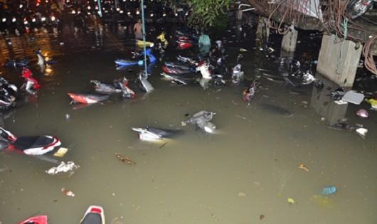 Toàn bộ xe máy chìm trong nước. Ảnh: Tùng Duy