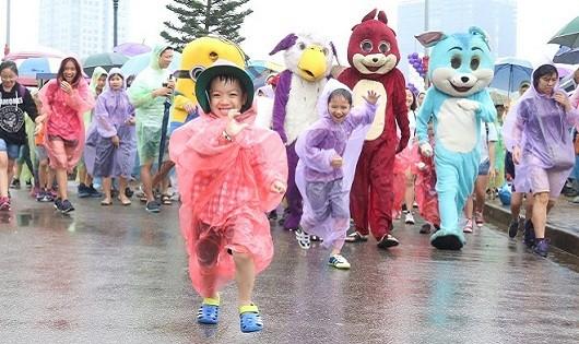 Hơn 1200 học sinh, phụ huynh đi bộ dưới mưa gây quỹ vì miền Trung lũ lụt